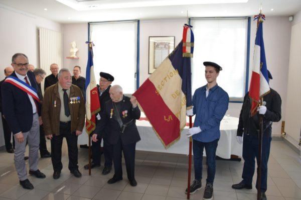 remise du drapeau 14-18 en mairie