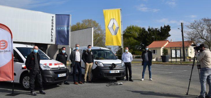 Les deux nouveaux  véhicules électriques de la commune présentés à la presse.